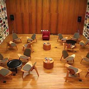 A sala de aula é espaçosa e confortável